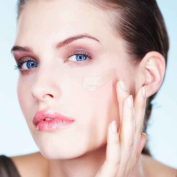 Наносим тональную основу для макияжа
