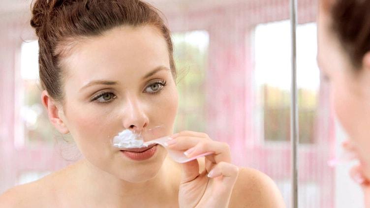 удалить усики при помощи крема для депиляции